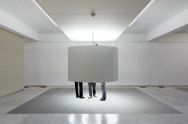 Fade to Black, 2010. 96 dagslysneonrør dæmpes med 1/52 over udstillingens 52 dages varighed, fra 100% lysstyrke til 0%. Mit Museum, KUNSTEN - Museum of Modern Art Aalborg, DK. Foto: Anders Sune Berg