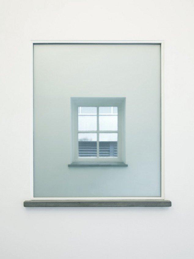 Conceal, 2010. 113 lag glas monteret i vindusniche, så det indfaldne lys totalt blokeres. På udstillingen Hitchcock Hallway, IKON Eastside, IKON Gallery, Birmingham, UK. Foto: AVPD