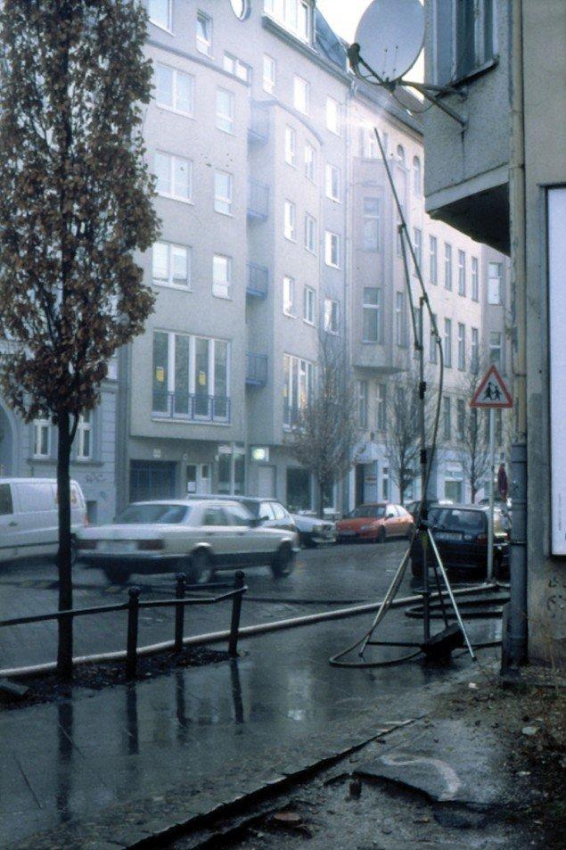 RainOnOff, 2001. Artificielt midlertidigt regnvejr på offentlig vej. Copenhagen Brands, Sparwasser HQ, Berlin. Foto: AVPD