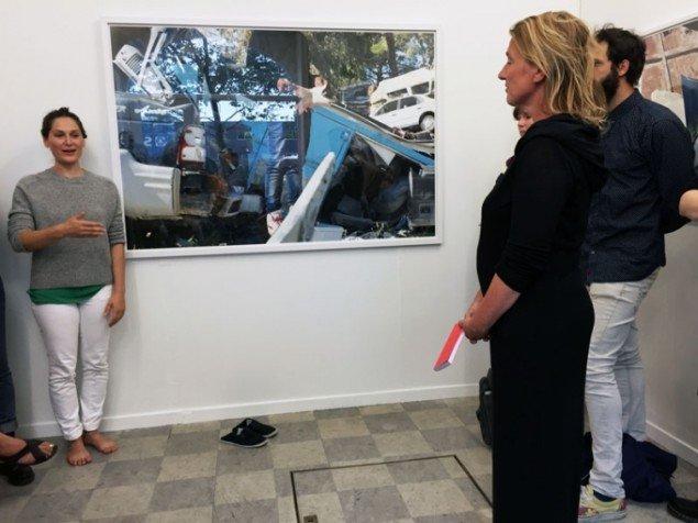 Suada Demirovic introducerer til Hani Amras fotoprojekt i NLH Space. (Foto: Erik Duckert)