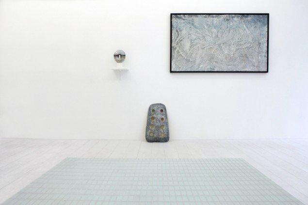 Silas Inoues nye maleri-teknik ses her øverst til højre i udstillingen Wellness på Marie Kirkegaard Gallery i 2013. Foto: Carsten Nordholt