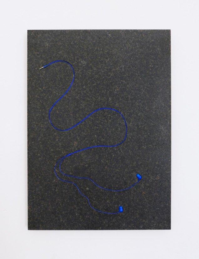 Ear Crawler, 2015. Granit og øretelefoner. Foto: Silas Inoue / Marie Kirkegaard Gallery