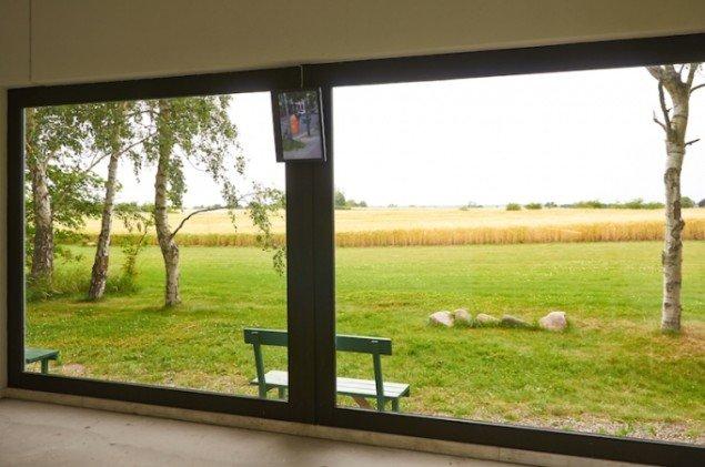 Kunsthallens panorama-vindue mod Møns marker og Ayse Erkmens videoværk City Bird fra 2015. Foto: Thomas Gunnar Bagge