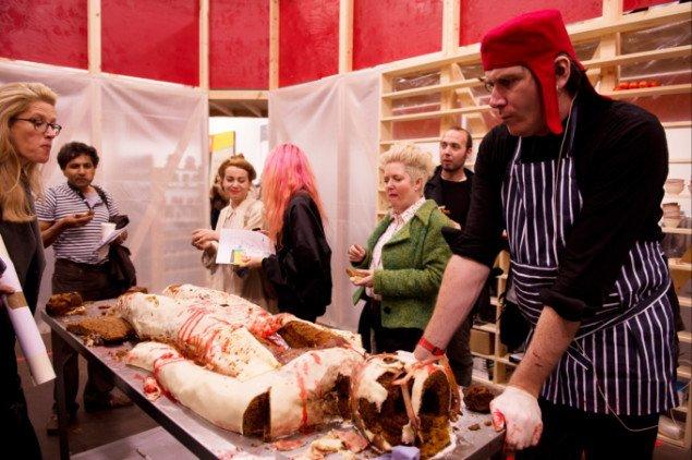 Selv ingefærkagens marcipansmagende indre fortæres. Bedwyr Williams som obducent under sin performance Curator Cadaver Cake. Frieze Art Fair, Regent's Park, London. Foto: Linda Nylind