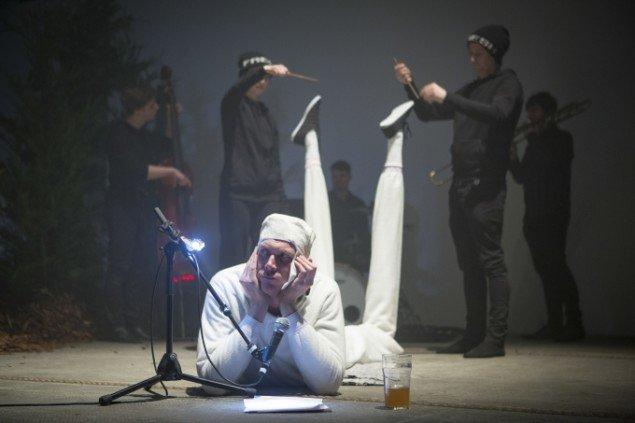 Williams vier ofte en tematisk relateret performance til sine værker. Pressefoto.