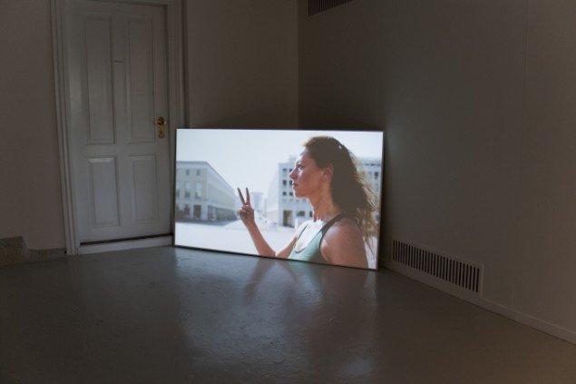 Udstillingsview med projektionen af filmen: Bifurcating Futures. Foto: Minik Busk