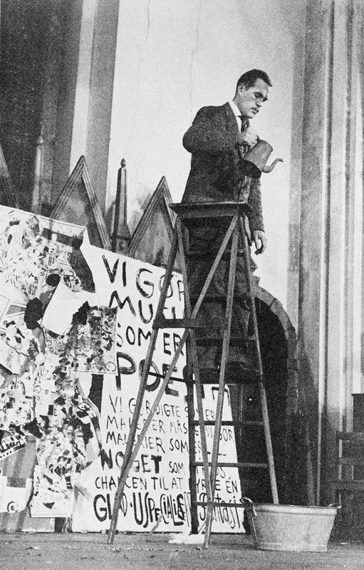 Dick Higgins opfører George Brechts Drip Music, 1961. (arkivfoto)