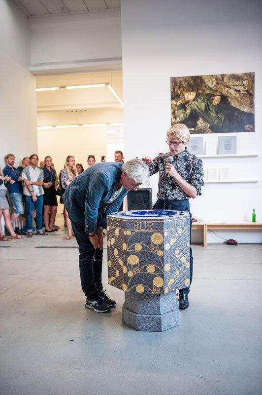 Dåb under ferniseringen af udstillingen. (Foto: Anders Sune Berg)