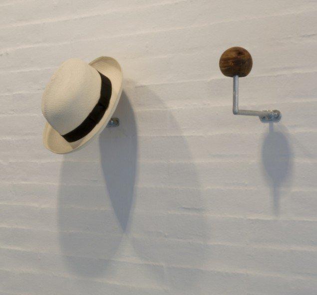 'En ny hat til et nyt selv', 2015. Folbar panamahat, galvaniseret stål og oliventræ. Foto: Kasper Hesselbjerg