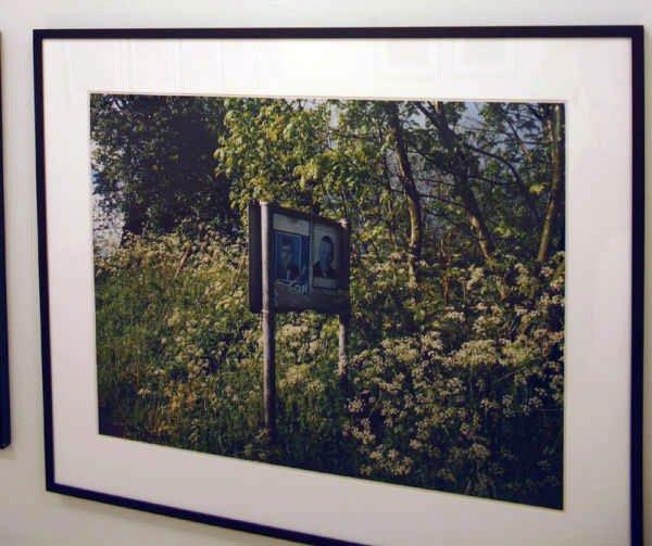 Forvitrede politiske plakater i det engelske landskab i Paul Grahams værker. Foto: Kristian Handberg.