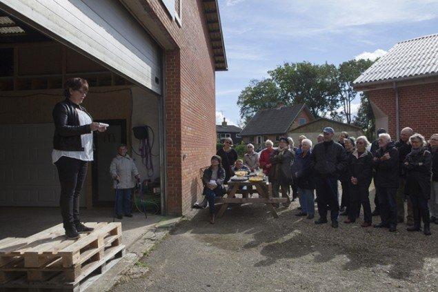 Forfatter Marianne Jørgensen læser op til ferniseringen af Selde skulpturlandsby 2015. Foto: Barbara Katzin
