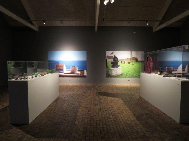 Installationsfoto, udstillingens første rum med fotografier af Le Corbusiers og Asger Jorns gravsteder, © Museum Jorn.