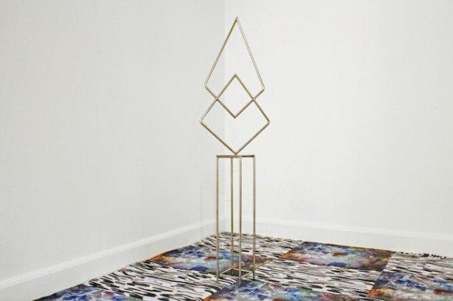 Strong but lonely, 2014 og The Patterns Continuation (gulv), skabt i samarbejde med Nadine Byrne. Fra udstillingen Might Enlighten Personal Nocturnal Bloom. Foto: Danske Grafikere