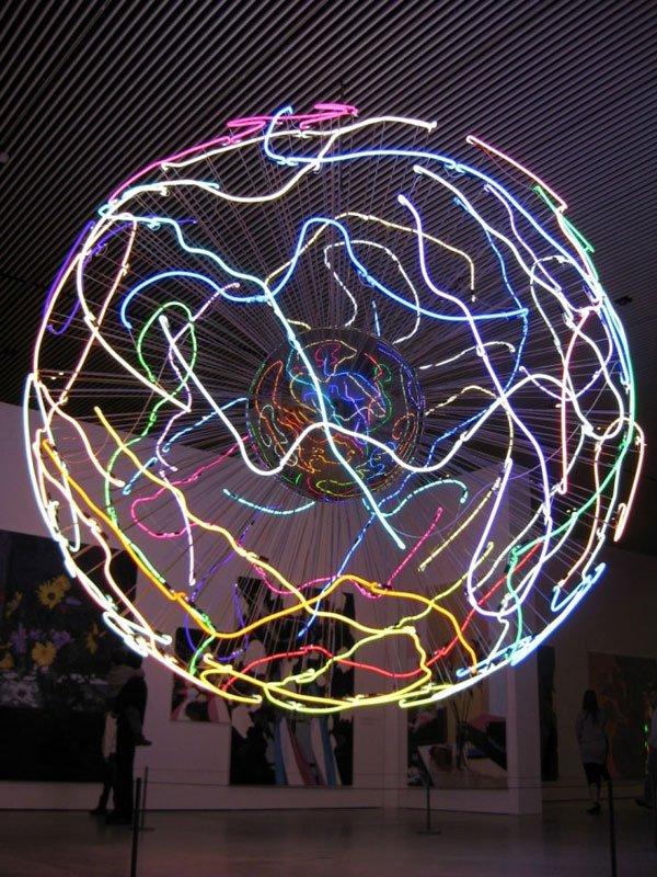 Den sanselige lysinstallation i det første rum i særudstillingssalen.Erik A. Frandsen, Neonlampe, 2008. Foto: Kasper Lie.