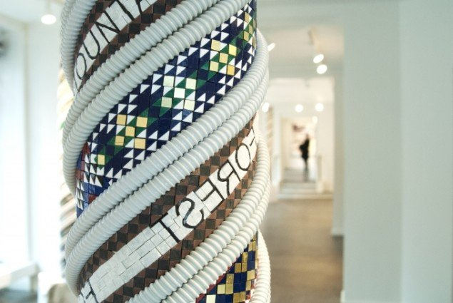 Erik A. Frandsen - The Map, 2015. 50 x 50 x 270 cm - Mosaik, marmor, plastic. Foto: Maria Jørgensen