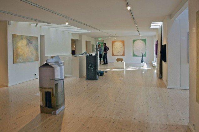 Installationsview med Thomas Wolsings værk Spildt Mælk, 2015. (Foto: Heine Skjerning)