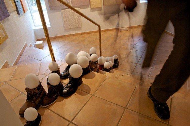 Ian Schjals: Sko/æg installation. (Foto: Heine Skjerning)