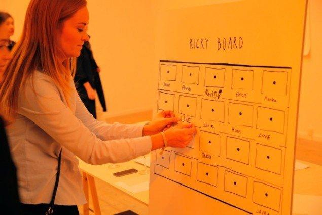 Publikumsindragende og kollektiv kunstskabelse. Line kan sætte sit navn på et Ricky Board lavet efter instruktion af David Lynch. Foto: Kunsthal Aarhus
