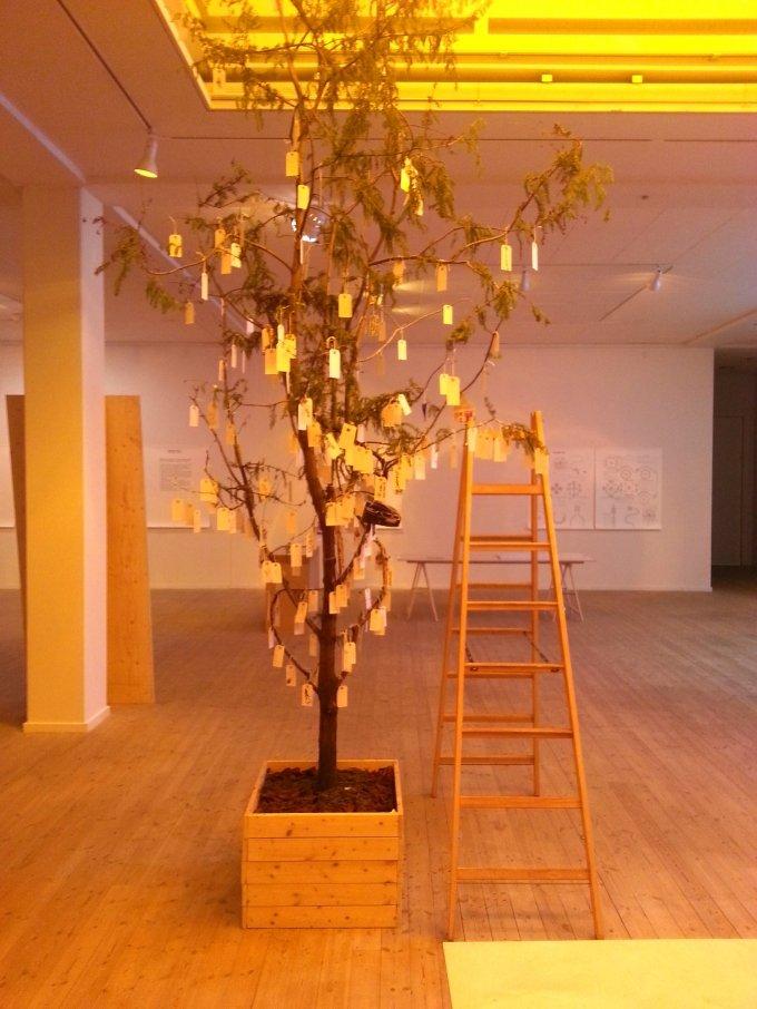 Installationsview do it med udførsel af Yoko Onos: Wish Tree. Foto: Ole Bak Jakobsen