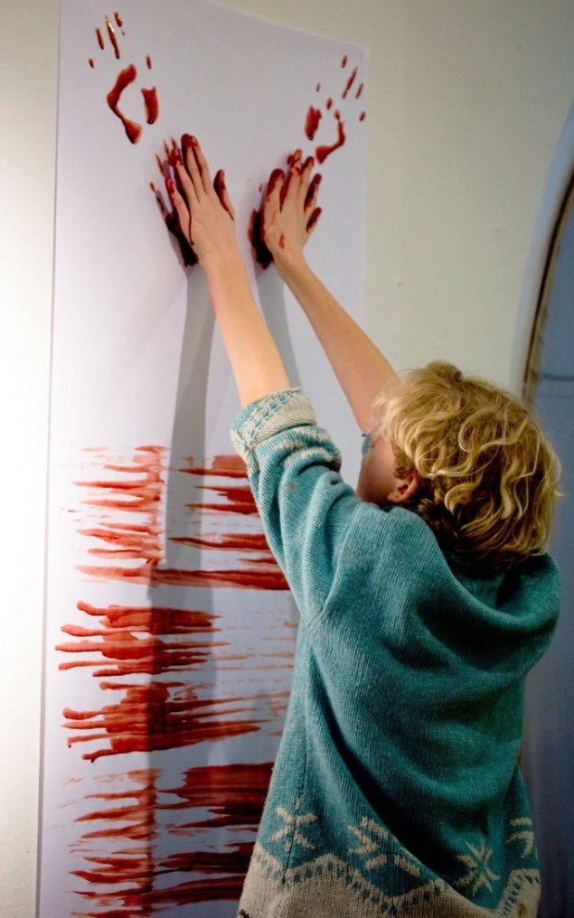 Elver fra ti Københavnske skoler samlet i Nikolaj Kunsthal i forbindelse med Lilibeth Cuenca Rasmussens Oprindelse og Aftryk fra 2014 (Foto: Nikolaj Kunsthal)