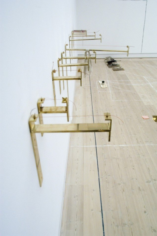 Augusta Atla, THE MEASUREMENT OF ONE FALLING BODY, 2007. Skulptur. Messing og cellostrenge. Courtesy of Horsens Kunstmuseum