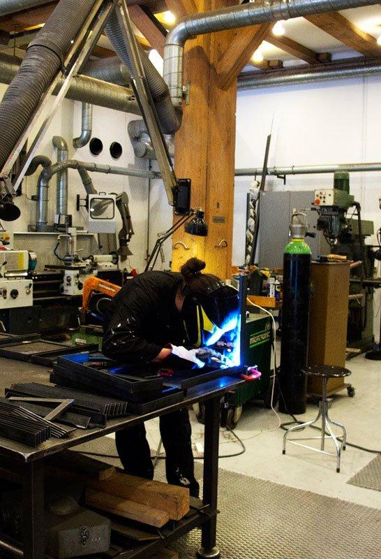Møbeldesigner Rasmus Bækkel Fex i arbejde på Statens Værksteder for Kunsts metalværksted. (Foto: SVFK)