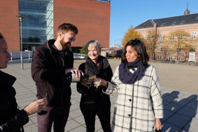 Kunstner Lilibeth Cuenca Rasmussen i selskab med undervisere i billedkunst Mads Engelbrecht og Janne Yde. Foto: Elisabeth Hjortshøj Thostrup