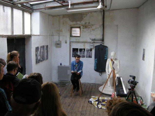 Mikkel Bolt læser og perspektiverer sit bidrag til bogen under åbningen. (Foto: Matthias Hvass Borello)