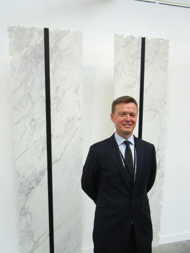 Nicolai Wallner på FIAC. Her foran et (med vilje ikke-nordisk) værk af den mexikanske kunstner Jose Dávila. Foto: Stine Nørgaard Lykkebo