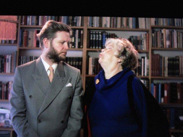 Ragnar Kjartansson er optaget af iscenesættelse og teater. I dette videoværk lader han sin mor spytte på sig i et iscenesat voldligt familieportræt. Me and my mother, 2015 i udstillingen Seul Celui qui Connaît le Désir. Foto: SNL