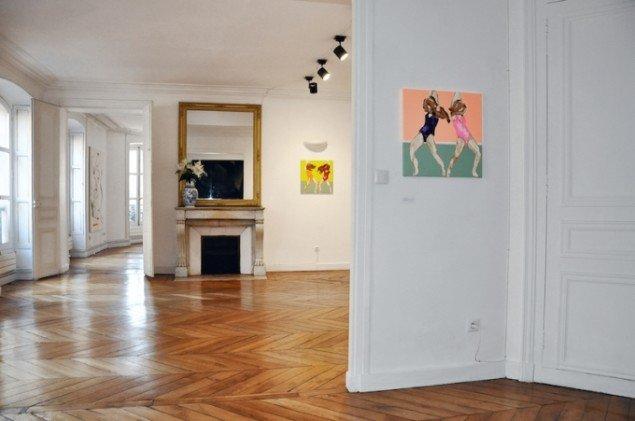 Et view fra Nordic Contemporarys tredje udstilling: This sticky mess will get us there. De to mindre malerier er af finske Rauha Mäkilä. Foto: NC