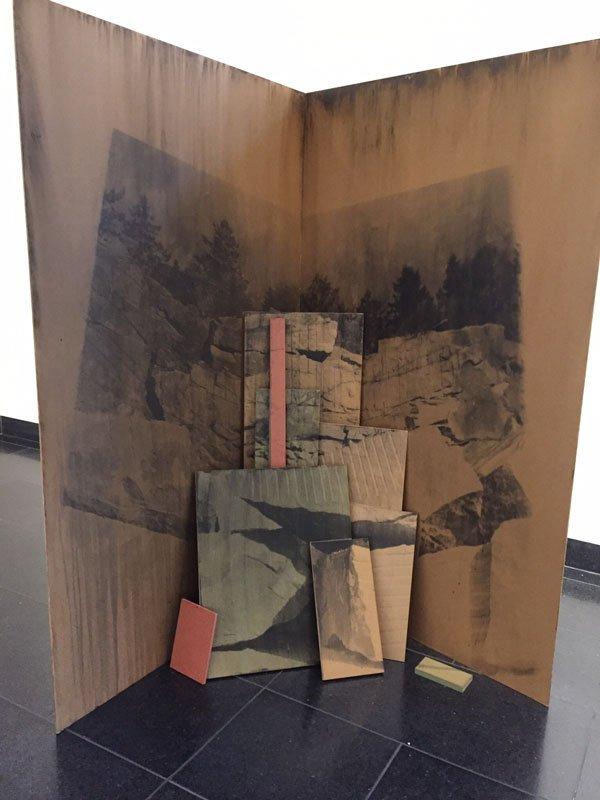Installationsview fra Ditte Knus Tønnesen samling af fotoværker i lak på mdf-plader. (Foto: Maja Lykketoft)