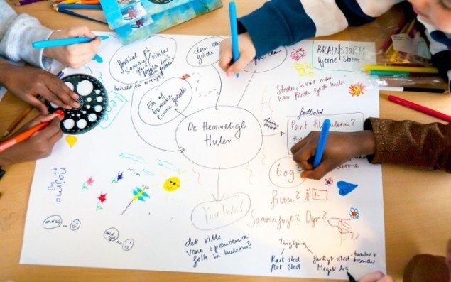 Maj Horn i brainstorm med børn fra to 2. klasser fra Tingbjerg Heldagsskole under kunstprojektet De Hemmelige Huler fra 2012 (Foto: Christian Arp-Hansen)