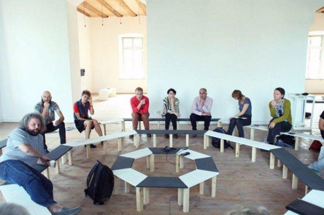 Arkitektonisk møbel af Gio Sumbadze, lavet specifikt til 2nd Tbilisi Triennale. Hér afholdes en workshops i forbindelse med triennalen. Wato Tsetereli ses i lyserød skjorte, nummer tre fra højre. (Foto: Sopo Miminoshvili)