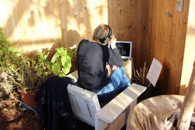 I 'skoven' under TRANSART kunne publikum fordybe sig i en række videoværker. (Foto: Rosemary Lee)