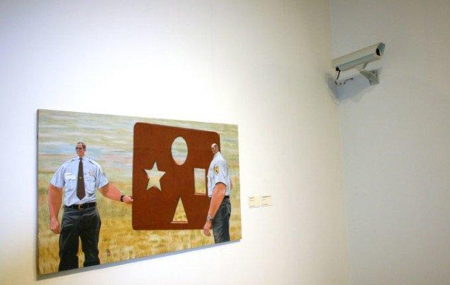 'Overvågningskameraet' overvåger udstillingen. Foto: Maja Egelund