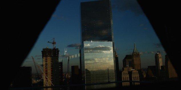 Værket in the shadow/ of a spectacle /is the view of the crowd, skabt i samarbejde med FOS. En performance i fire dele med delvist skærmet udsigt over Financial District, Manhattan. Foto: JJ & FOS