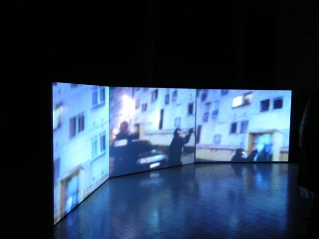 Michelle Dizons tre-kanals videoværk Civil Society, 2008. (Foto: Matthias Hvass Borello)