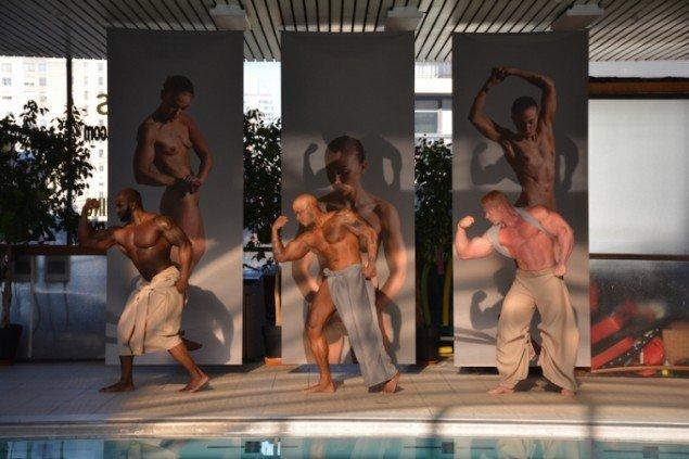 Complete Body, koreografi: Contemporary Cruising, tøjdesign: Anissa Djeziri & Mette Krebs, udstillingsdesign: Mette Woller. I baggrunden Lea Guldditte Hestelund: Orlando 15. Foto: Søren Aagaard