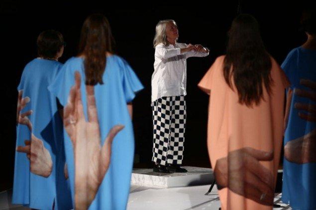 I det succesfyldte performance-korværk Rhetorical Chorus (LW), 2015, af Agatha Gothe‐Snape bestemmer håndbevægelser korets komplekse udtryk. Kommisioneret af Performa. (Foto: Paula Court)