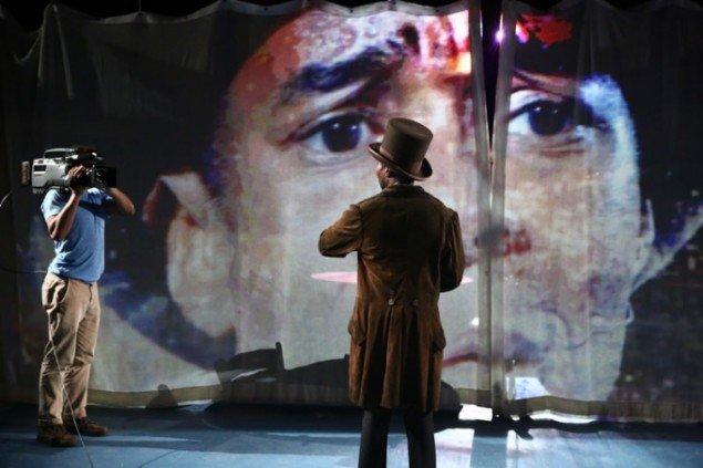 Den teatrale performance Until, Until, Until… af Edgar Arcenaux var desværre mildest talt dårligt udført, 2015. Kommisioneret af Performa. (Foto: Paula Court)