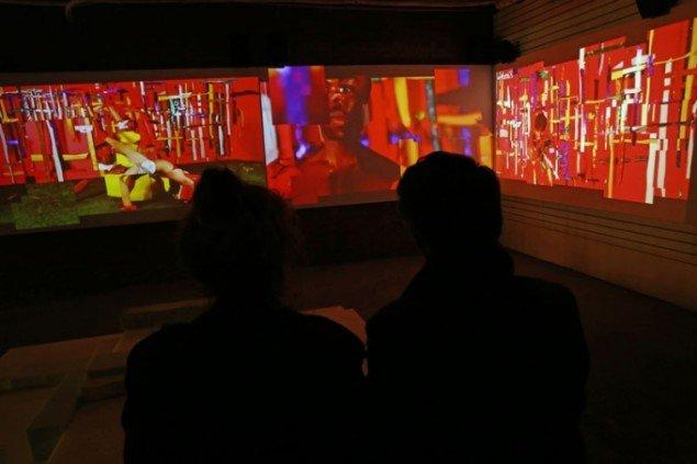 The Curtain Breathed Deeply, Justene Williams performative, stoflige og strukturelle videoinstallation undersøgte race- og seksuelitetspørgsmål i kælderen på Performa HUB, 2015. (Foto: Paula Court)