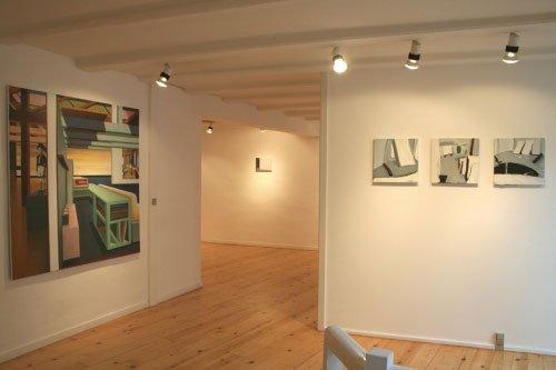 Udstillingsview. Henck van den Bosch, 'Seperatie' hænger til venstre. Til højre Morten Buchs tre billeder, 'Rum I, II og III'. Pressefoto.