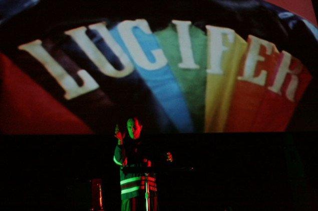 Kenneth Anger spiller på theremin. Foto: Kristoffer Horn/CPH:DOX