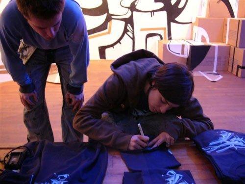 Kenor & Ovni signing t-shirts. Photo: Sergei Sviatchenko