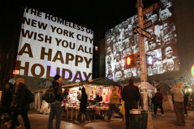 Projektion fra The Homeless of New York City Wish You All a Happy Holiday. New York 2005. Foto: Hanne Lise Thomsen