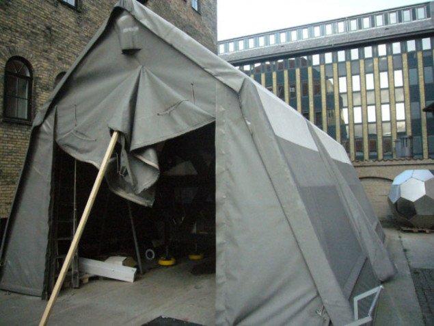 I et telt udenfor Statens Værksteder for Kunst blev huset samlet og testet før præsentationen på Wysing Arts Centre i Cambridge. Foto: Matthias Hvass Borello