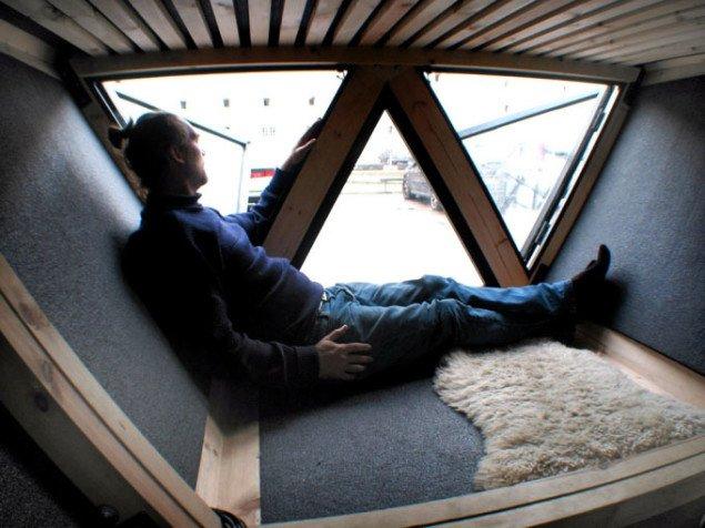 Ion Sørvin siddende indendørs i husets nederste plan. Foto: N55