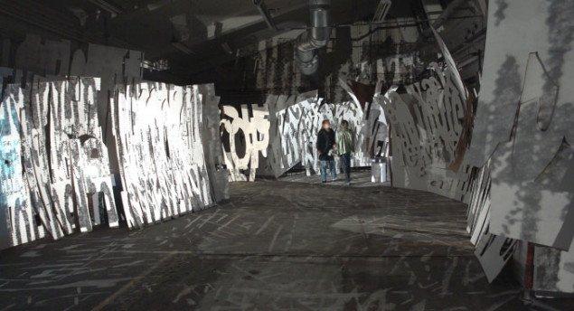 Kæmpebogstaver skaber rum i Grønborgs installation. Pressefoto