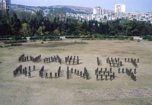 NSK har efterhånden samarbejdet med et dusin landes soldater. Her stiller de sammen med georgiske soldater spørgsmålet 'Was ist Kunst'? Foto: NSK.